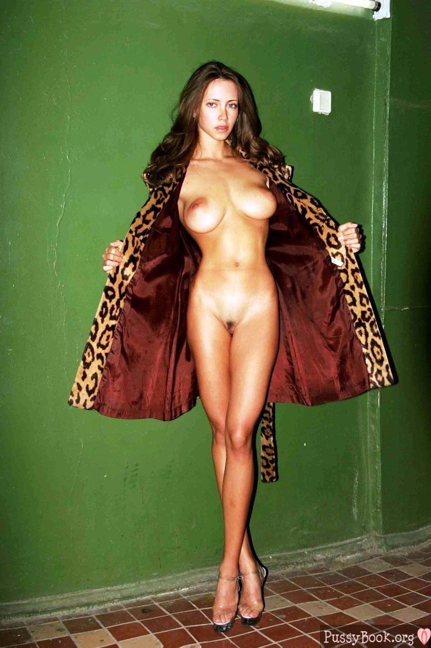 Slim Gal Beauty Flashing Her Gorgeous Nude Body