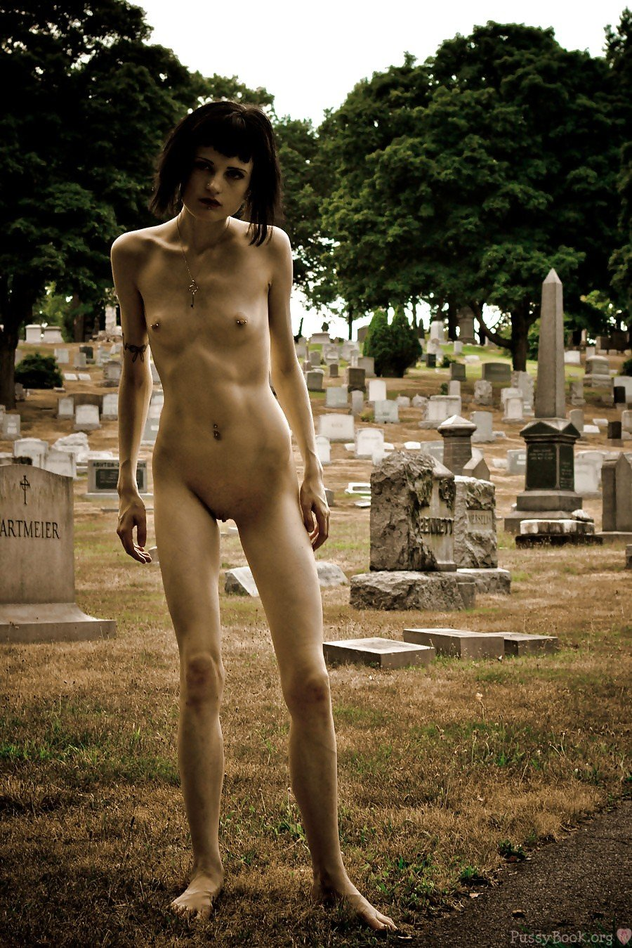 Anorexiques-Nu-Zombie-Girl-In-The-cimetière Pussy-9042