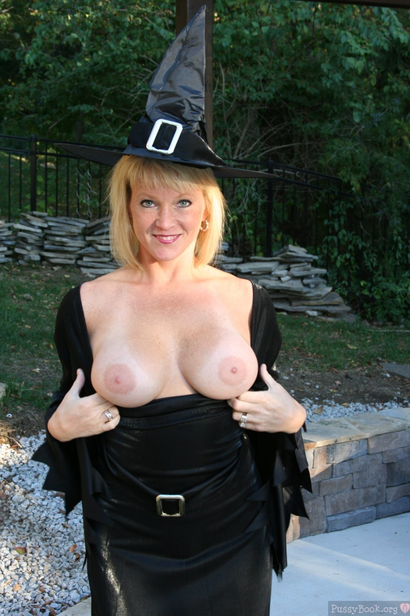 blonde-lady-witch-pop-out-boobs-halloween