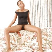 african-gal-reveals-trimmed-pussy