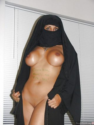 hot-breasts-muslim-woman-niqab-undressing