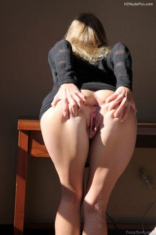 Hot-MILF-Spreading-Butt-Cheeks-Holes-HD