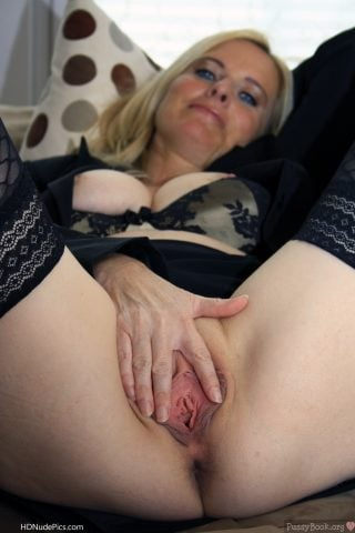 Sexy-Blonde-Mother-Spreading-Vagina-Hole-HD