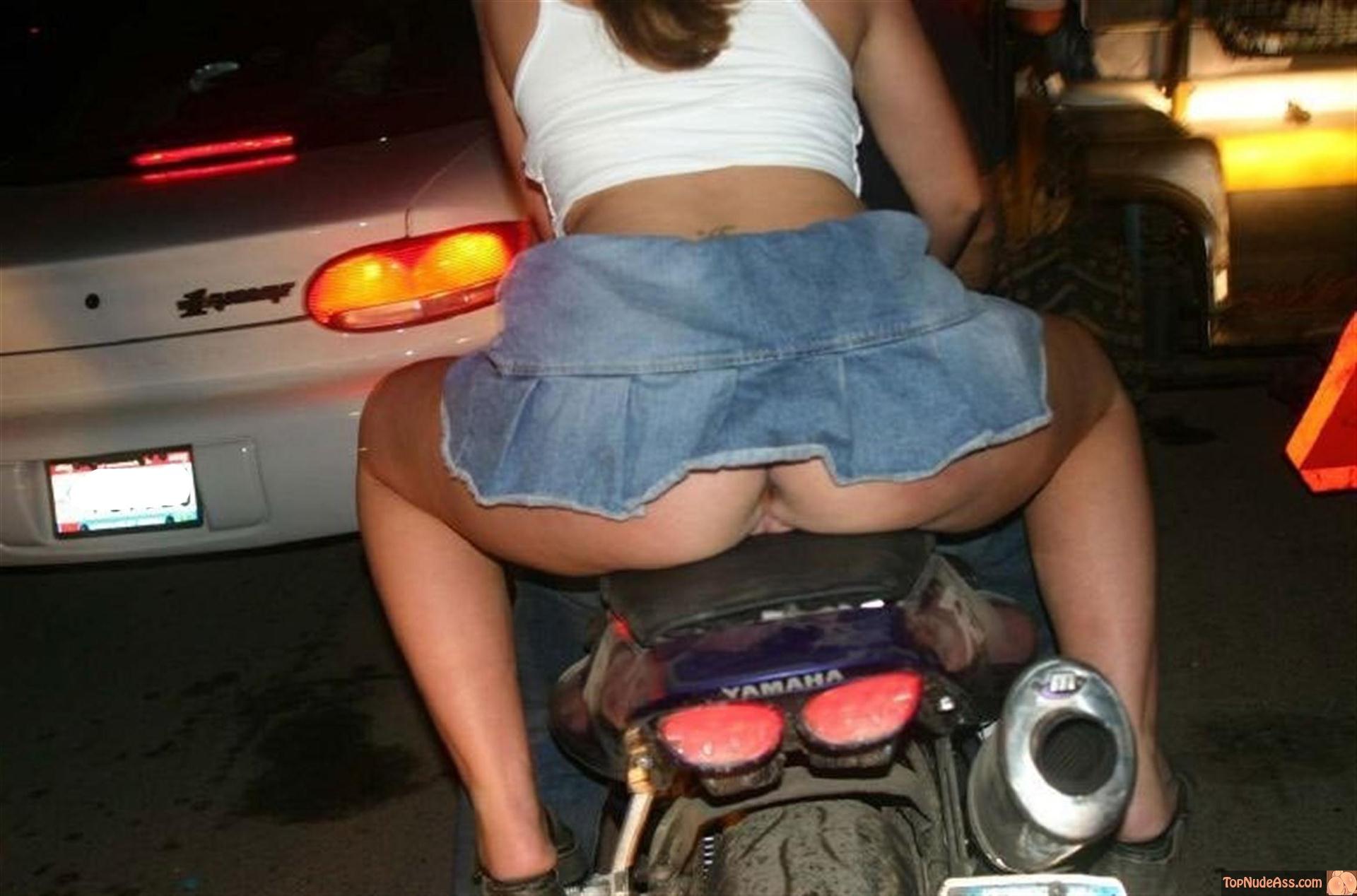 Смотреть девушек под юбками нагих 24 фотография