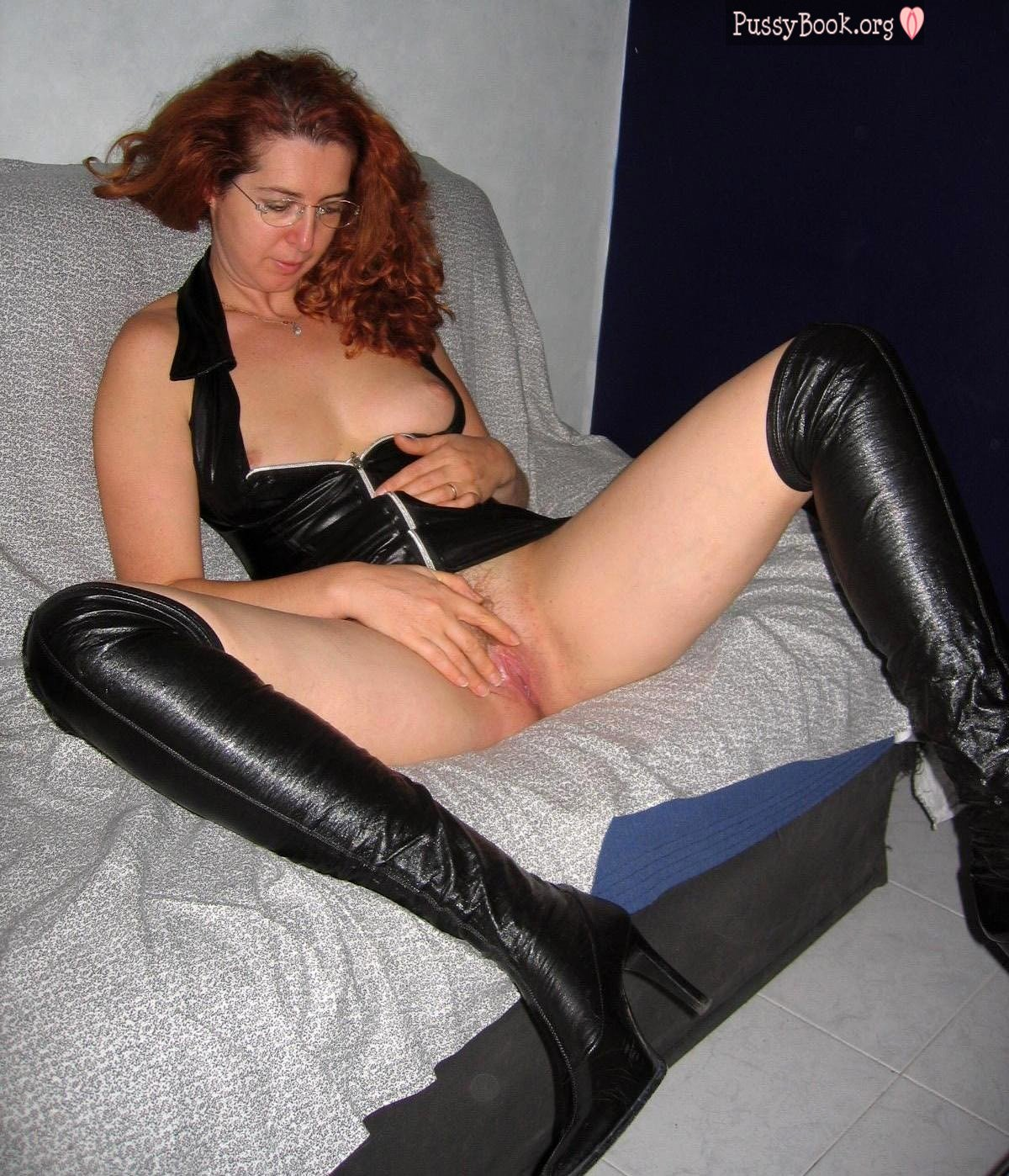 Can Nude wife in boots