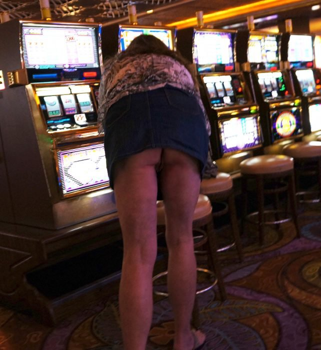baring-her-ass-at-the-slots