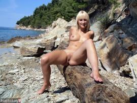blonde-naturist-girl-sunbathing-beach