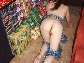 girl-gives-nude-ass-christmas-present