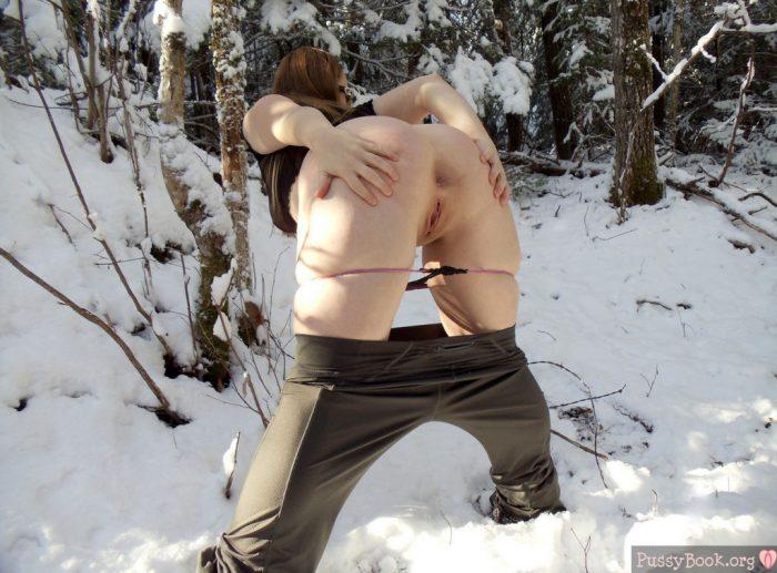 girl-spreading-ass-on-the-snow