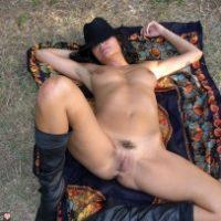 i-am-pose-nude-outdoors
