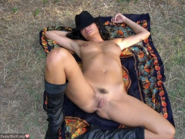 i-am-pose-nude-outdoors