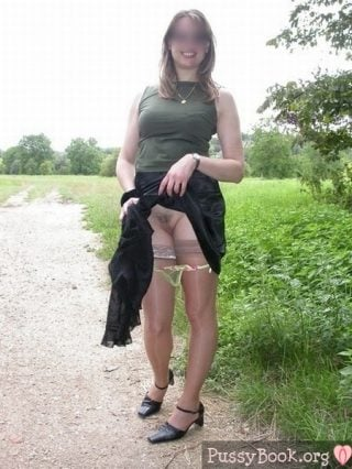 lady-flashing-her-pussy-outdoor