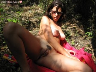 naked-beautiful-latin-woman-picnic