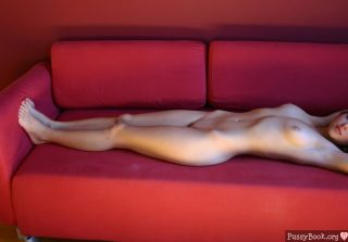 naked-girl-on-the-couch