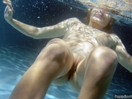 nude-woman-underwater-pussy-photo