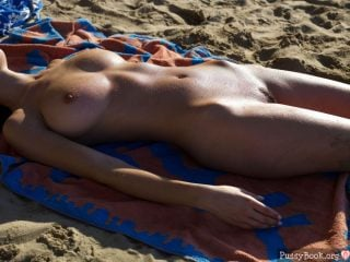 perfect-naked-girl-on-the-beach