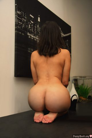 round-buttocks-thin-middle-nude