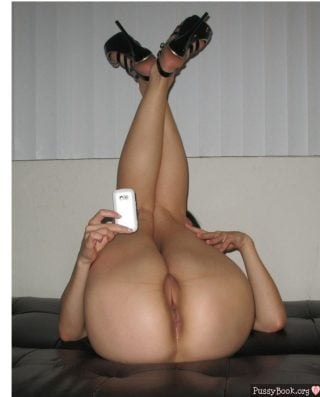selfshot-long-legs-nude-superb-pussy-lips