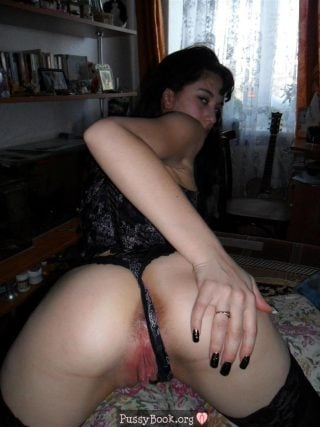 single-girl-offering-her-pussy