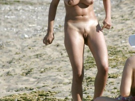 voyeur-naked-girl-on-the-beach-looking-at-pussy